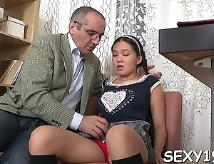Dear darling opens her cookie for teacher'_s hard drilling